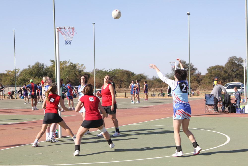 Young women playing netball. DOn't let netball injuries obstruct you.
