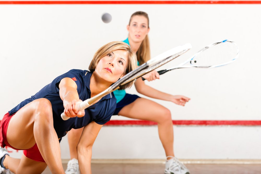 2 women playing squash and avoiding squash injuries by playing correctly